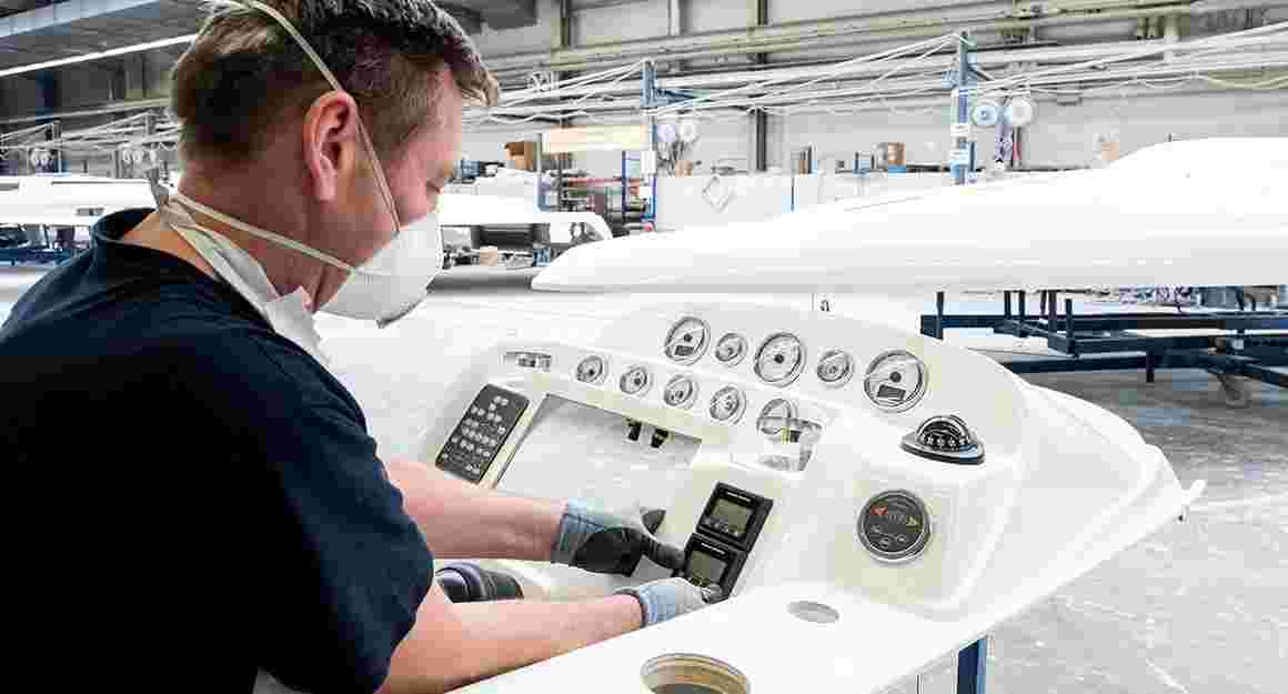 Assembling the instrument panel in the BAVARIA YACHTS shipyard